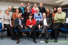 Groepsfoto van de medewerkers van het Regionaal Archief Rivierenland. 1e rij (achter): Carla le Poole, Kevin van Tuil, ...
