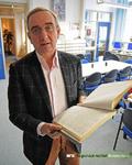 Portretfoto van schrijver Chris van Estrik bezig met een onderzoek in het archief voor een boek over de jaren ...