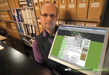 Portretfoto van Henk Huitsing, archiefinspecteur en hoofd van het team Beheer en behoud van het RAR, bereidt het hart ...
