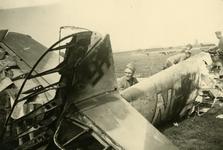Mobilisatie Kesteren en omgeving: neergestort Duits vliegtuig (met hakenkruis) in weiland, met enkele militairen