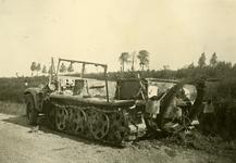 Mobilisatie Kesteren en omgeving : uitgebrand rupsvoertuig langs de kant van de weg