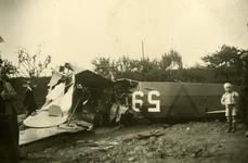 Mobilisatie Kesteren en omgeving : deel van een neergestort vliegtuig met rechts op de voorgrond een jongetje