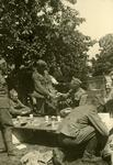 Mobilisatie Kesteren en omgeving : groep van 6 militairen eten en drinken buiten aan een tafel