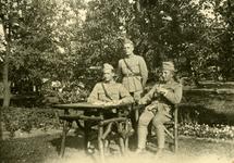 Mobilisatie Kesteren en omgeving : 3 militairen buiten aan een tafel