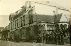 Mobilisatie Kesteren en omgeving : groep van 25 militairen wandelend en zittend voor huizen