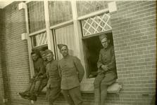 Mobilisatie Kesteren en omgeving ; 5 militairen zittend in of op een vensterbank