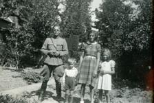 Mobilisatie Kesteren en omgeving : militair poserend met 3 kinderen in tuin