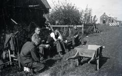 Mobilisatie Kesteren en omgeving : 2 militairen en 2 mannen zittend voor een schuur, links een verwoest pand