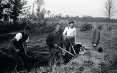 Mobilisatie Kesteren en omgeving : 4 mannen werkend in het veld met graafwerkzaamheden, één persoon draagt een matrozenpet