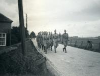 Mobilisatie Kesteren en omgeving : groep militairen marcherend over een weg