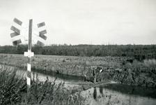 Mobilisatie Kesteren en omgeving : 2 man lopend op een dijkje met rechts een andreaskruis (duidt op een spoorwegovergang)
