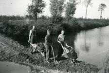 Mobilisatie Kesteren en omgeving : 3 personen bezig met graafwerkzaamheden op een dijkje