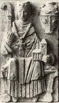 424 Beeldhouwwerk van p. R. Rats o.f.m. boven portaal katholieke kerk: St. Willitbrord als kerkvorst