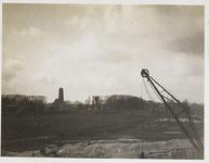 22-8384 Zicht op de Stadsdijk met watertoren vanaf de verkeersbrug over de Waal in aanbouw