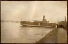 22-8237 Watersnood. Stoomboot lijndienst legt aan tegen de dijk