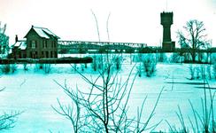22-9159 Zicht op de Watertoren, gasfabriek met op de achtergrond de Waalbruggen