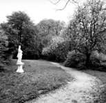 19-1629 Park met standbeeld