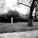 19-1631 Park met standbeeld