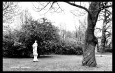 19-1652 Park met standbeeld