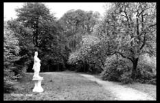 19-1653 Park met standbeeld