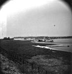 22-9348 Riviergezicht met bruggen, passagiersboot legt aan