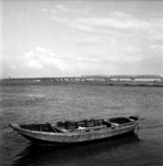 22-9354 Verkeersbrug en spoorbrug met roeiboot op de voorgrond