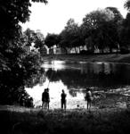 22-9399 Plantsoen, kinderen aan het vissen in de stadsgracht