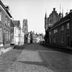 22-9406 Straatgezicht met Sint Maartenstoren en Maarten van Rossemhuis