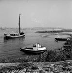 22-9492 Riviergezicht met boten en verkeersbrug en spoorbrug op de achtergrond
