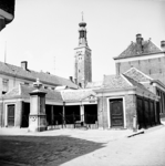 22-9502 Vismarkt met stadspomp, gasthuis en herbouwde gasthuistoren
