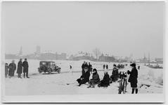 22-10448 Winters tafereel in 1929. De Waal is bevroren en er rijden auto's over het ijs