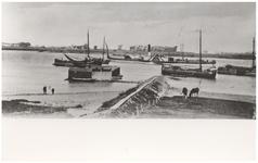 22-10674 Zwembad in de Waal met boten op de rivier