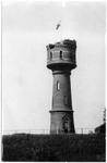 22-11049 Watertoren, met oorlogsschade en Nederlandse vlag